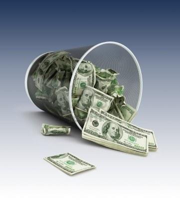4028533-completa-de-la-cesta-de-la-basura-dinero-en-un-fondo-azul-oscuro