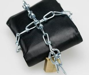 7016968-many-consumers-have-put-their-spending-on-hiatus-custom