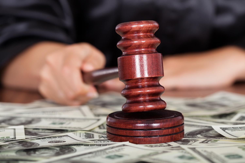 Martillo juez y dinero